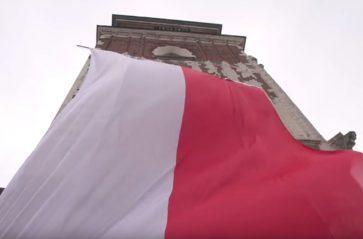 Dzień Flagi na Rynku Głównym. Wieża ratuszowa w biało-czerwonych barwach